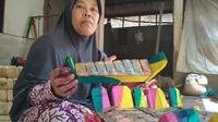 Warga Desa Kondangsari Kecamatan Beber Kabupaten Cirebon turun temurun membuat kerajinan gamelan mini. Foto (Liputan6.com / Panji Prayitno)
