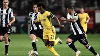 Gelandang Chelsea, Willian, beraksi melawan PAOK pada laga Grup L Liga Europa, di Stadion Toumbas, Thessaloniki, Kamis (20/9/2018). (AFP/Sakis Mitrolidis)