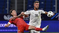 Bek Rusia, Yuri Zhirkov, berebut bola dengan gelandang Serbia, Sergej Milinkovic-Savic, pada laga Nations League di VTB Arena, Jumat (4/9/2020) dini hari WIB. Rusia menang 3-1 atas Serbia. (AFP/Alexander Nemenov)