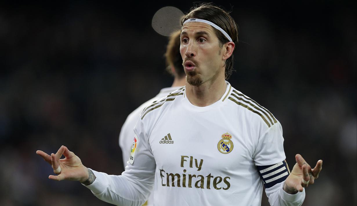 Bek Real Madrid, Sergio Ramos berselebrasi usai mencetak gol ke gawang Celta Vigo pada pertandingan lanjutan La Liga Spanyol di stadion Santiago Bernabeu di Madrid, Spanyol, Minggu, (16/2/2020). Madrid bermain imbang 2-2 atas Celta Vigo.  (AP Photo/Manu Fernandez)