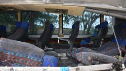 Kondisi bus setelah menabrak truk trailer di Gualan, Guatemala (21/12/2019). Kecelakaan tersebut menewaskan sedikitnya 21 orang dan menyebabkan belasan orang luka-luka. (AP Photo/Carlos Cruz)
