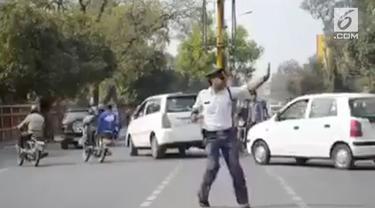 Polisi asal India melakukan hal tak biasa saat mengatur lalu lintas