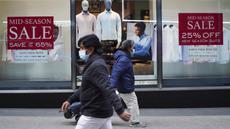 Para pejalan kaki berjalan melewati poster diskon di New York, Amerika Serikat (AS), 25 Oktober 2020. AS melaporkan lebih dari 83.000 infeksi baru pada 23 dan 24 Oktober, memecahkan rekor harian sebelumnya sekitar 77.300 kasus yang tercatat pada Juli lalu. (Xinhua/Wang Ying)