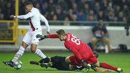 Pemain Paris Saint-Germain (PSG) Kylian Mbappe (kiri) mencetak gol ke gawang Club Brugge pada laga Grup A Liga Champions di Stadion Jan Breydel, Bruges, Belgia, Selasa (22/10/2019). PSG menang 5-0. (AP Photo/Francisco Seco)