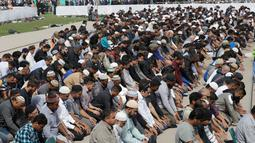 Umat muslim menunaikan salat Jumat di Hagley Park, Kota Christchurch, Selandia Baru, Jumat (22/3). Salat Jumat digelar di Taman Hagley yang terletak di seberang Masjid Al Noor yang menjadi salah satu lokasi insiden teror pada 15 Maret lalu (AP/Mark Baker)