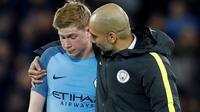 Manajer Pep Guardiola menyemangati Kevin de Bruyne setelah Manchester City kalah 0-1 dari Liverpool di Anfield, Liverpool, Sabtu (31/12/2016). (Reuters/Carl Recine)