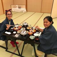 Rona bahagia pun terpancar dari wajah Gracia dan ibundanya saat menikmati makanan khas Jepang. Bahkan, ia berniat akan menghabiskan masakan yang disajikan di hadapannya tersebut. (Instagram/graciaz14)