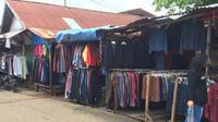 Salah satu lapak baju bekas di Pasar Angso Duo, Kota Jambi. (Liputan6.com/Bangun Santoso)