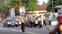 Polisi dan Koramil Kanigoro bagi-bagi takjil. (Foto Facebook Virgo Lqivansu)