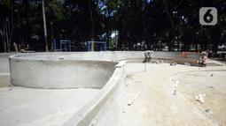 Pekerja menyelesaikan pembangunan taman bermain anak-anak untuk melengkapi fasilitas di Taman Kota 1, Tangerang Selatan, Banten, Selasa (1/12/2020). Kawasan terbuka hijau ini dilengkapi jogging trek, bangku taman, gazebo, arena skateboard, dan tempat bermain anak-anak. (merdeka.com/Dwi Narwoko)