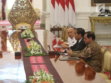 Presiden Joko Widodo (Jokowi) bertemu CEO Bukalapak, Achmad Zaky di Istana Merdeka, Sabtu (16/2). Pertemuan digelar setelah cuitan Zaky soal bujet research & development (R&D) Indonesia ramai diperbincangkan di media sosial. (Liputan6.com/Angga Yuniar)