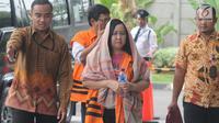 Kepala Bidang Tata Ruang Dinas PUPR Bekasi, Neneng Rahmi tiba di gedung KPK, Jakarta, Jumat (2/11). Neneng diperiksa sebagai tersangka kasus dugaan suap pengurusan perizinan proyek pembangunan Meikarta di Kab Bekasi. (Merdeka.com/Dwi Narwoko)