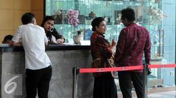 Mantan Menkes Siti Fadilah berbincang dengan kuasa hukumnya di dalam gedung KPK, Jakarta, Senin (7/3). Siti juga diduga telah menyalahgunakan wewenang dengan melakukan kerja sama tersembunyi dengan perusahaan pemenang tender. (Liputan6.com/Helmi Afandi)