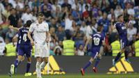 Pemain Real Madrid Gareth Bale tertunduk lesu usai pemain Real Valladolid Sergi Guardiola mencetak gol penyeimbang pada pekan kedua Liga Spanyol di Santiago Bernabeu, Minggu (25/8/2019) dini hari WIB. Laga berakhir 1-1. (AP Photo/Paul White)