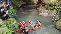 Salah satu teman pelajar SMP itu sempat pingsan setelah berusaha menyelamatkan rekannya yang tiba-tiba lemas di tengah sungai. (Liputan6.com/Dian Kurniawan)