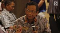 Mantan Ketua Mahkamah Konstitusi, Mahfud MD memberi pandangan saat diskusi persoalan dualisme kepemimpinan di tubuh Dewan Perwakilan Daerah (DPD) RI di Jakarta, Rabu (13/2). (Liputan6.com/Helmi Fithriansyah)