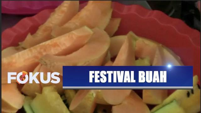 Masyarakat Lamongan, Jawa Timur, menggelar festival buah sebagai rasa syukur karena panen melimpah.