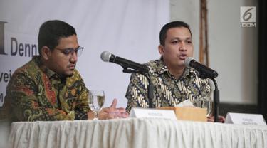 Peneliti senior LSI Denny JA, Ardian Sopa (kanan) bersama Ikrama Masloman memaparkan hasil quick count mereka di Jakarta, Kamis (2/5/2019). Menurut LSI Denny JA, Jokowi-Ma'ruf memperoleh 55,71 persen suara dan Prabowo-Sandi meraih 44,29 persen suara. (Liputan6.com/Faizal Fanani)