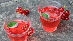 Minuman menyegarkan lain yang mudah dibuat saat momen Lebaran adalah es sirup. Anda bisa membuatnya dengan sangat mudah. Cukup mencampurkan sirup, air dan es batu. (Istimewa)