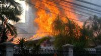 Namun, seluruh isi rumah ludes terbakar.