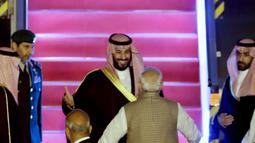 Perdana Menteri India, Narendra Modi menyambut kedatangan Putra Mahkota Arab Saudi Pangeran Mohammed bin Salman di bandara New Delhi, Selasa (19/2). Setelah merampungkan lawatan ke Pakistan, Putra Mahkota Saudi tiba di India. (AP/Manish Swarup)