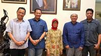 Foto kenangan Ketua MPR Bambang Soesatyo saat sowan ke rumah Ibunda Presiden Jokowi. (Ist)
