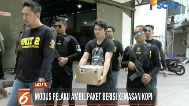 Satuan Narkoba Polres Metro Jakarta Barat tangkap seorang warga negara asing penerima 19 paket narkoba yang disamarkan ke dalam kemasan kopi.