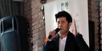 Tampil dipanggung menyanyi didepan ribuan penonton sudah bisa dilakukan oleh penyanyi Cakra Khan. Tapi berbeda saat menyanyi dihadapan mantan orang nomor satu di Indonesia, BJ Habibie. (Adrian Putra/Bintang.com)