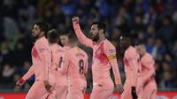 Striker Barcelona, Lionel Messi, melakukan selebrasi usai membobol gawang Getafe pada laga La Liga di Stadion Alfonso Perez, Minggu (6/1). Barcelona menang 2-1 atas Getafe. (AP/Manu Fernandez)