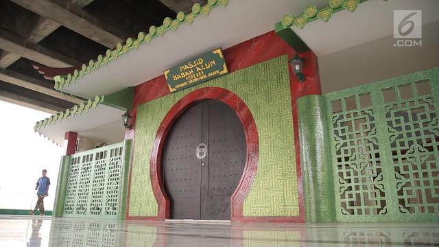 Masjid Babah Alun didirikan di lokasi kolong jalan tol yang dulunya menjadi tempat pembuangan sampah.
