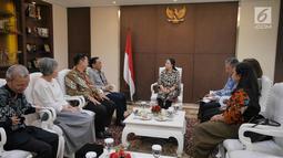 Menko PMK Puan Maharani (tengah) saat menerima kunjungan petinggi Emtek Grup di kantor Kemenko PMK, Jakarta, Selasa (19/2).  Emtek Grup juga bekerja sama terkait bencana dan program-program Kemenko PMK. (Liputan6.com/Herman Zakharia)