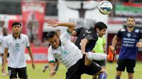 Gelandang Arema Cronus, Esteban Vizcara, berusaha melewati pemain PSS Sleman pada laga Bali Island Cup 2016 di Stadion Kapten I Wayan Dipta, Bali, Minggu (21/2/2016). (Bola.com/Peksi Cahyo)