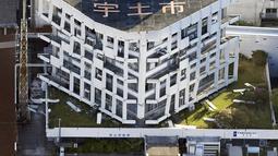 Sebuah gedung pemerintahan Jepang rusak parah akibat gempa bumi di Uto, Prefektur Kumamoto, Jepang selatan , Sabtu (16/4). Menurut laporan media Jepang, sekitar 23.000 orang berlindung di sekitar 350 lokasi di Prefektur Kumamoto. (REUTERS/Kyodo)