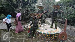 Pengunjung saat mengunjungi Taman Meksiko, Kebun Raya Bogor, Jawa Barat, Senin (28/3). Di taman tersebut, terdapat 100 jenis kaktus, agave, yucca, dan sukulen yang berasal dari gurun Amerika serta Asia. (Liputan6.com/Immanuel Antonius)