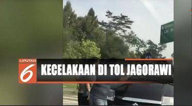 Kecelakaan terjadi diduga akibat ban kanan kendaraan pecah. Kendaraan hilang kendali lalu oleng dan terbalik di lajur satu.