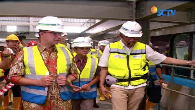 Gubernur DKI Jakarta Anies Baswedan, mendatangi Depo MRT di Lebak Bulus, Jakarta. Anies yang ditemani putranya, memeriksa bagian dalam dua rangkaian gerbong yang telah tersambung.