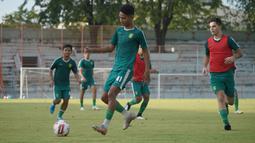 Sang pelatih Aji Santoso dan asisten Bejo Sugiantoro absen mendampingi latihan karena mengikuti sebuah acara yang diadakan oleh sponsor Persebaya Surabaya di Jakarta. (Foto: Dokumentasi Persebaya)