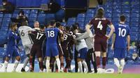 Para pemain Chelsea tampak bersitegang dengan pemain Leicester City pada laga Liga Inggris di Stadion Stamford Bridge, Rabu (19/5/2021). Chelsea menang dengan skor 2-1. (Glyn Kirk/Poolvia AP)