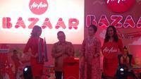 Direktur Niaga AirAsia Indonesia, Rifai Taberi, dan Direktur Konsumen Bank BRI, Handayani resmi membuka AirAsia Bazaar 2018 di Kota Kasablanka, Jakarta, Jumat (24/8/2018). (Bola.com/Benediktus Gerendo Pradigdo)