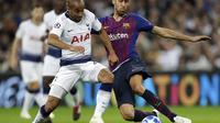 Gelandang Barcelona, Sergio Busquets (kanan) tengah berebut bola dengan pemain Tottenham Hotspur, Lucas Moura (AP/Kirsty Wigglesworth)