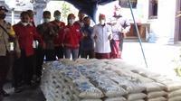 Anggota Komisi III DPR Wayan Sudirta mengunjungi lokasi Gempa Bali dan menyarahkan bantuan beras 5,78 ton kepada korban terdampak bencana. (Liputan6.com/Putu Merta Surya Putra)