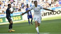 Gelandang Real Madrid, Dani Ceballos, melakukan selebrasi usai mencetak gol ke gawang Deportivo Alaves pada laga La Liga di Stadion Mendizorroza, Sabtu (23/9/2017). Real Madrid menang 2-1 atas  Deportivo Alaves. (AP/Alvaro Barrientos)
