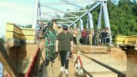 Istri Gubernur Sulawesi Tenggara Agista Ariani Ali Mazi turun langsung di lokasi banjir di Konawe Utara memberikan bantuan, Senin (10/6/2019) hingga Selasa (11/6/2019). (Liputan6.com/Ahmad Akbar Fua)