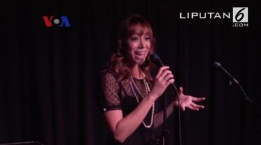 Melanie Maras sering menggunakan masa kecil di Indonesia sebagai bahan cerita di depan mic.