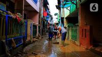 Warga kerja bakti membersihkan sisa lumpur dan sampah usai banjir melanda Kampung Melayu, Jakarta, Jumat (3/1/2020). Banjir yang melanda Kampung Melayu menyisakan sisa sampah dan lumpur. (merdeka.com/Magang/Muhammad Fayyadh)