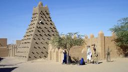 Masjid Sankore ini terletak di Negara Mali, tepatnya di kota Timbuktu. Dibangun awal abad 15 M pada akhir kejayaan Kerajaan Mali. Masjid ini dulunya sebagai pusat pengajaran ilmu agama di Timbuktu.(en.wikipedia.org)