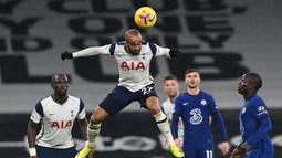 Gelandang Tottenham Hotspur, Lucas Moura (tengah) melompat untuk menyundul bola dalam laga lanjutan Liga Inggris 2020/21 pekan ke-22 melawan Chelsea di Tottenham Hotspur Stadium, London, Kamis (4/2/2021). Tottenham Hotspur kalah 0-1 dari Chelsea. (AFP/Neil Hall/Pool)