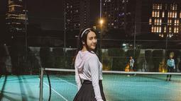 Pemain film Serigala Langit ini menekuni berbagai macam olahraga. Kali ini untuk menjaga tuuhnya agar tetap bugar, ia menjalani olahraga tenis. Mengenakan rok mini dengan jaket, Anya Geraldine tampil stylish.(Liputan6.com/IG/@anyageraldine)