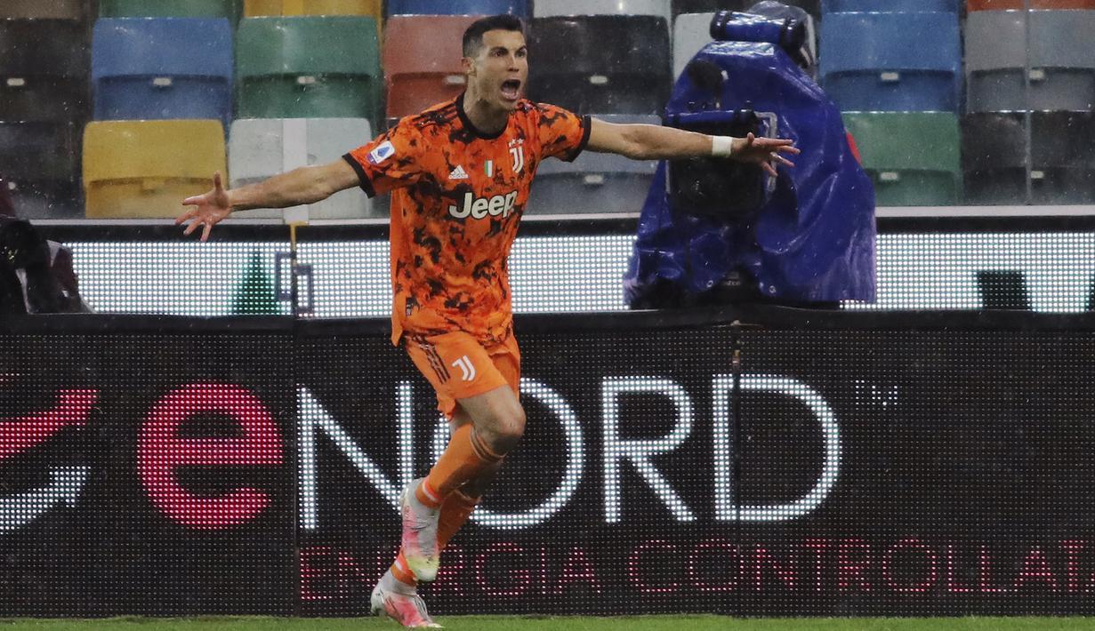 Penyerang Juventus, Cristiano Ronaldo berselebrasi usai mencetak ke gawang Udinese menit 89 pada pertandingan Liga Italia di di stadion Dacia Arena di Udine, Italia, Senin (3/5/2021). Ronaldo mencetak dua gol dan mengantar Juventus menang tipis atas Udinese 2-1. (Andrea Bressanutti/LaPresse via AP)