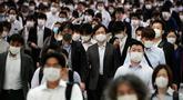 Sebuah lorong stasiun dipenuhi oleh para penumpang yang menggunakan masker selama jam sibuk di Tokyo, Selasa (26/5/2020). Perdana Menteri Jepang Shinzo Abe mencabut keadaan darurat pandemi virus corona di Tokyo dan empat wilayah lainnya pada Senin (25/5). (AP Photo/Eugene Hoshiko)